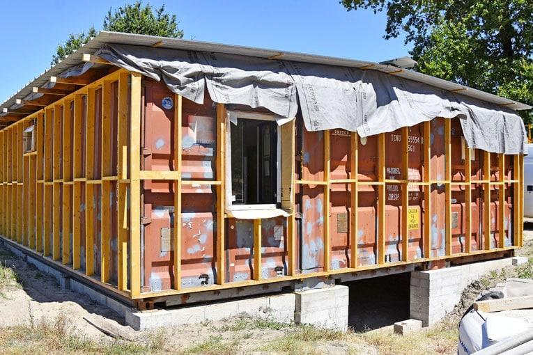 L'enveloppe extérieure est constituée d'un bardage en fibres-ciment fixé sur une structure en bois, elle-même solidaire du gros œuvre, par l'intermédiaire de pattes soudées. [©Gérard Guérit]