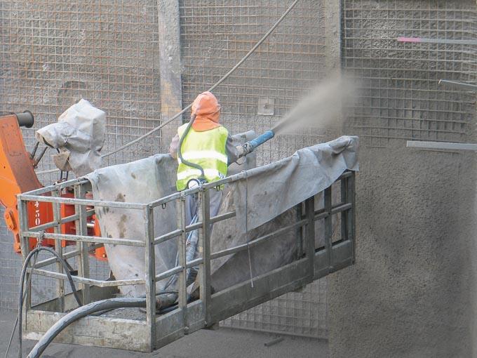 """Projection d'un béton fibré par """"voie mouillée"""" pour la réalisation d'une paroi berlinoise. [©ACPresse]"""