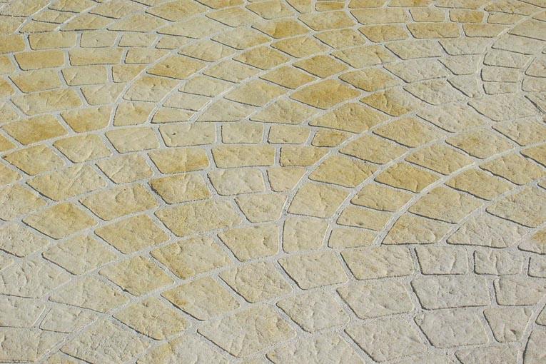 Béton imprimé aspect pavés en queue de pan. [©GCP Applied Technologies]