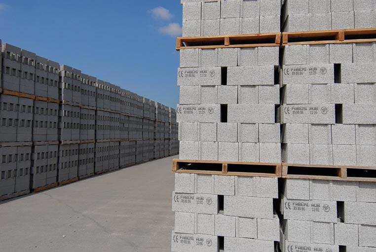 Le bloc béton est l'élément le plus préfabriqué par l'industrie du béton à travers près de 400 unités de production. [©ACPresse]