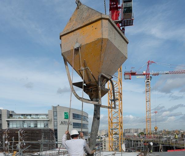 La benne à béton est l'équipement de base de tout chantier de construction. [©ACPresse]