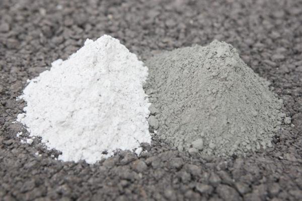 Laitier moulu de hauts fourneaux (à gauche) et ciment (à droite). [©ACPresse]