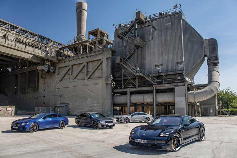 """Le 26 mai dernier, une Porsche Taycan, une BMW M5, une Audi RS7 et une Mercedes GT 63 AMG - que des voitures de prestige - ont ainsi """"déboulé"""" sur le site pour être testées par Sylvain Vetaux, le journaliste de """"Sport Auto"""". [©@GREG]"""