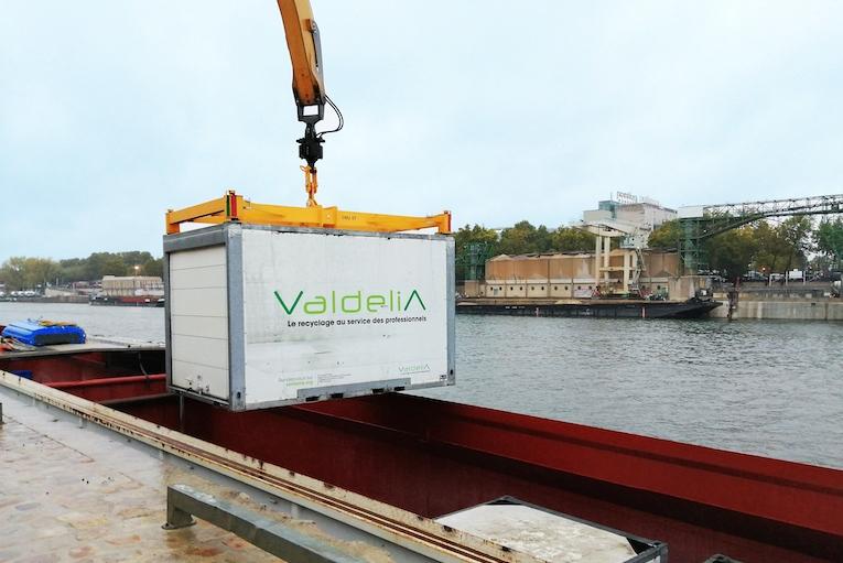Cemex a fait un test de transport fluvial sur son port de Tolbiac, à Paris. [©Cemex]