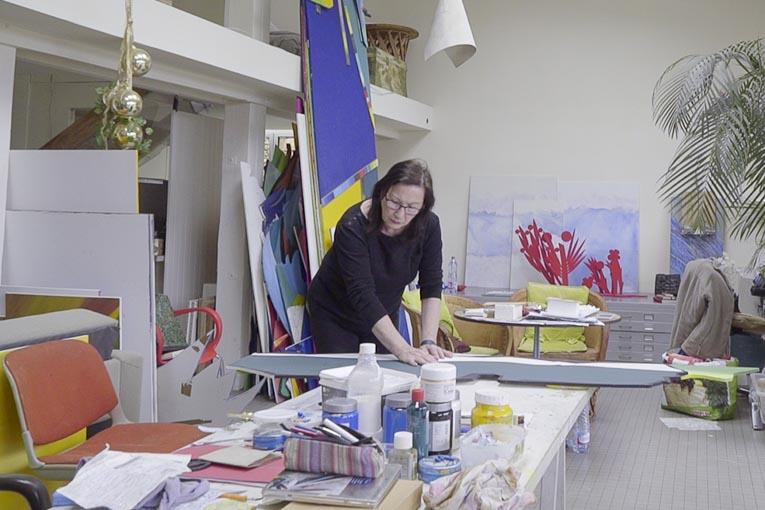 Joséphine Chevry dans son atelier en 2018 en préparation de son exposition pour les 50 ans de La Grande Motte. [©Fonds privé de l'artiste]