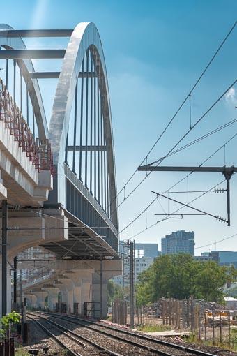 Pont bow-string au-dessus des voies ferrées.