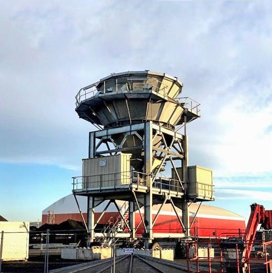 La trémie qui recueille le clinker déversé par une benne de 22 t a été conçue par Cem'In'Eu. De puissants ventilateurs en partie haute et une goulotte télescopique éliminent les projections de poussière. [©DR]