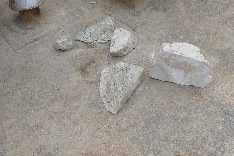 Blocs de béton qui se sont détachés et ont été récupérés à la sortie des silos. Certains portent l'empreinte des chevilles.
