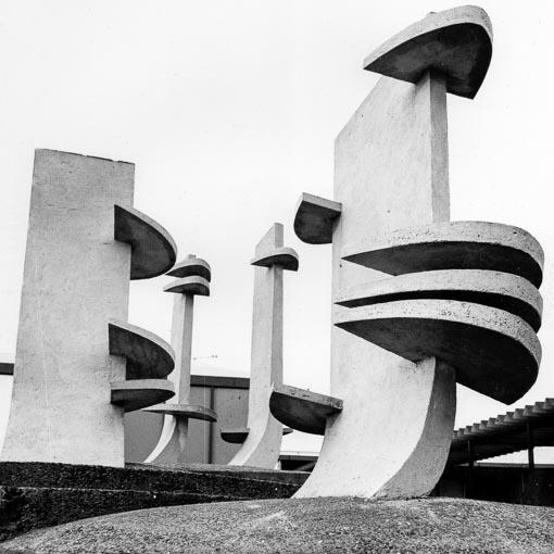 Caen, les Mâts, éléments en béton préfabriqués, installés sur la place d'un centre commercial, oeuvre réalisée avec l'architecte H.Ploquin. [©Fonds privé de l'artiste]