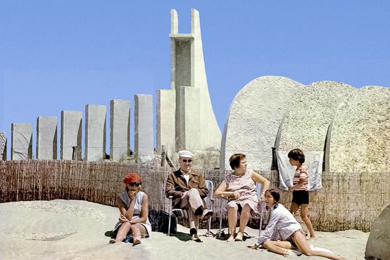 La Grande-Motte, 1968, une famille à la plage. [©Archives de la Mairie de la Grande Motte]