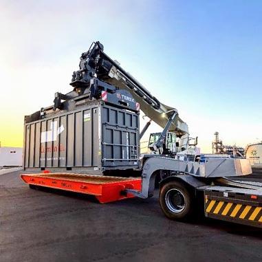 Les conteneurs sont chargés sur le train à l'aide d'un stacker portuaire, à raison de 2 par wagon. [©DR]