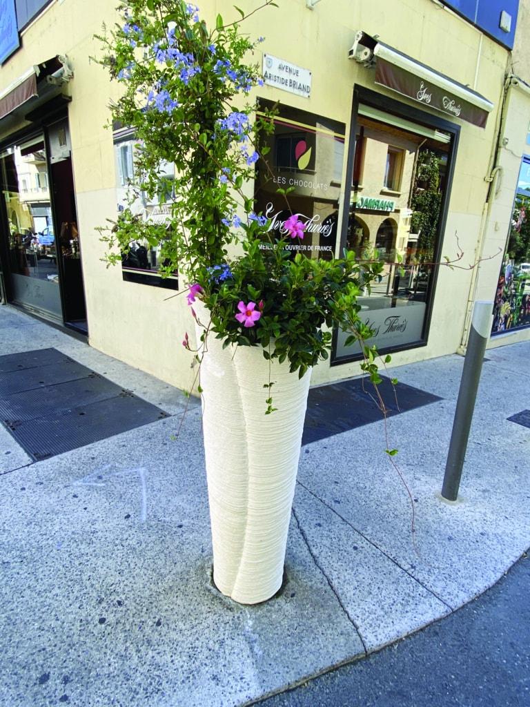 Olivier Brière et GSL ont réalisé du mobilier urbain aux formes organiques.  [©Groupe Saint Léonard]
