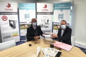 Signature du prolongement du partenariat entre HGCT et Soriba : Stéphane Garnier, président de Soriba, et Julien Blanchard, président du directoire et co-fondateur de Hoffmann Green Cement Technologies. [©HGCT]