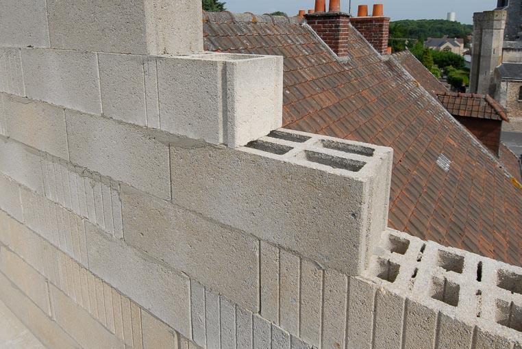 Mur en blocs béton.