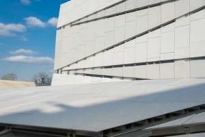 Le nouveau bâtiment inauguré sur le site de l'ESTP Paris porte le nom de Louis Vicat. Et il est habillé de panneaux en Bfup SmartUP, signé Vicat… [©ACPresse]