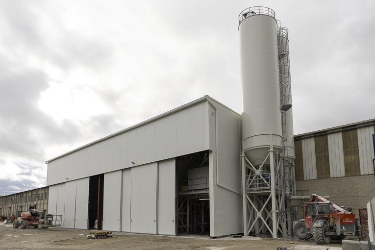 Hall abritant la nouvelle centrale à béton de Capremib.