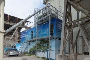 Le dispositif CO2ntainer de Carbon 8 Systems est intégré dans le processus de fabrication de la cimenterie Vicat de Montalieu-Vercieu (38). [©ACPresse]