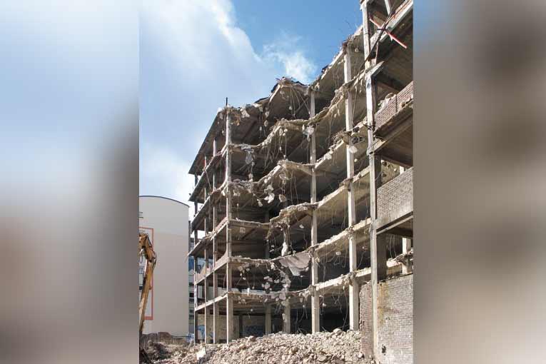 Arrivant en fin de vie, nombre de bâtiments construits durant les Trente Glorieuses devraient générer d'importants volumes de bétons à recycler. [©ACPresse]