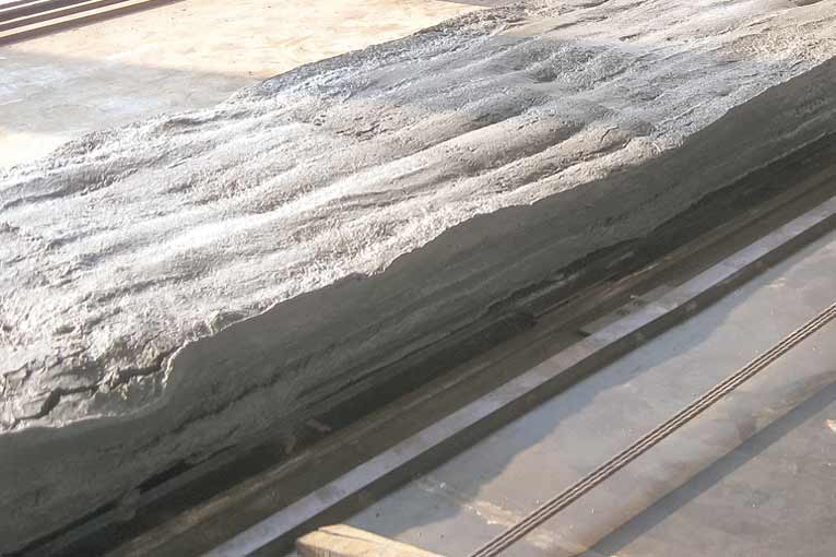 Exemple d'une dalle alvéolaire, s'affaissant en raison d'une mauvaise consistance du béton. [©Hydronix]