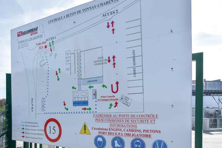 A l'entrée du site, un panneau indique toutes les zones et les procédures de circulation.  [©Gérard Guérit]