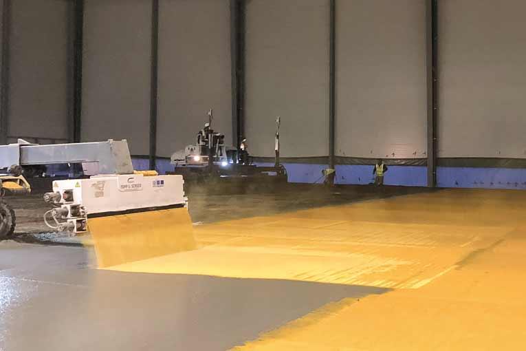 La machine destinée à la mise en place des durcisseurs de surface est tout automatisée. [©Placeo]