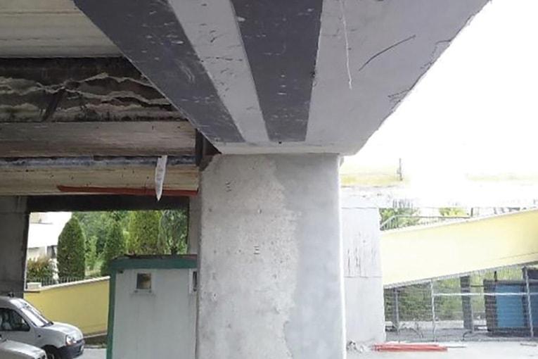 Renforcement de la sous-face d'une poutre de pont à l'aide de lamelles en carbone. [©Mapei]
