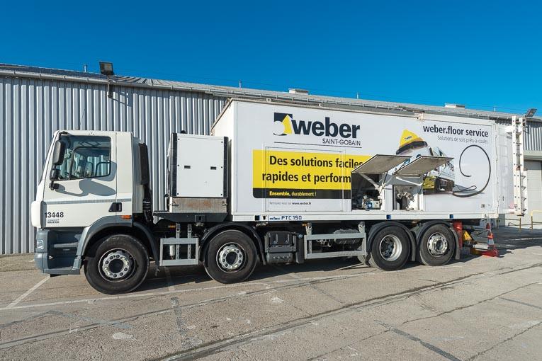 Le Weber Trucks est un malaxeur mobile permettant de fabriquer et de mettre en œuvre, sur site, des mortiers de sols prêts à l'emploi. [©ACPresse]