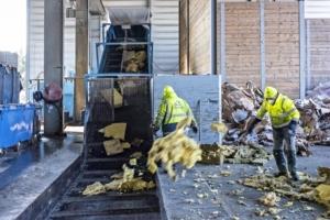 Isover s'attache à réincorporer de la laine de verre recyclée dans son process de fabrication. [©Isover]