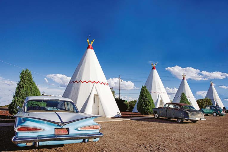 Chevrolet Impala devant un tipi du Wigwam Village n° 6, à Holbrook, sur la Route 66. [©DR]