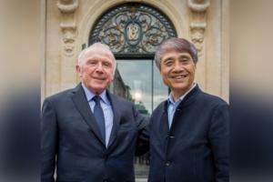 Tadao Ando, en compagnie de François Pinault, devant le bâtiment de la Bourse du Commerce, à Paris. [©Fred Marigaux, 2016. Courtesy Collection Pinault – Paris]