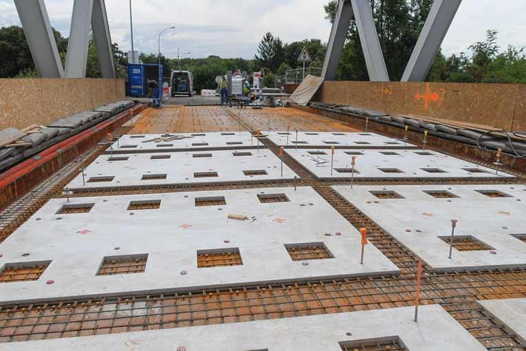 Réparation du pont d'Illzach à platelage orthotrope, solution Orthodalle (projet ANR Orthoplus piloté par le Setra 2007-2011), prix de l'innovation routière en 2010. [©Eiffage]