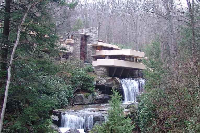 Construite en 1936, Fallingwater fait partie des maisons usoniennes conçues par F. L. Wright. [©Wikipedia/Lykantrop]