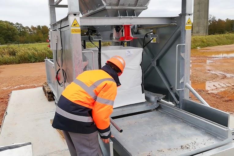 L'Amplibag de Brunone permet de remplir rapidement les big bags. [© Brunone]