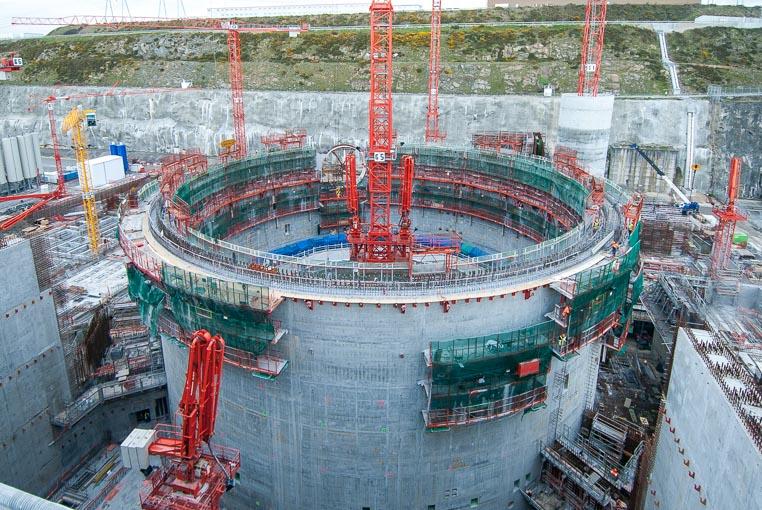 Toujours en construction, l'EPR de Flamanville fait partie des centrales nucléaires dites de nouvelle génération. Ici, réalisation de la double enceinte du réacteur, encore avant la pose du dôme de couverture. [©ACPresse]