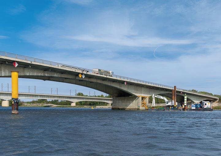 Les travaux de rénovation des fondations du viaduc de Roquemaure sont opérés à partir de barges et de pontons. [©ACPresse]