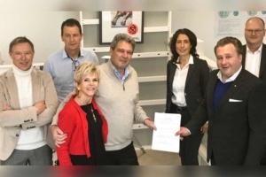 Les responsables de l'entreprise Acropol (à gauche) transmettent les rênes à Meva. [©Meva]
