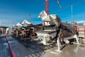 Pompes à béton stationnaires sur chantier.