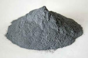 La fumée de silice n'est pas nécessairement noire. Elle peut aussi avec une teinte blanche. [©Ferropem]