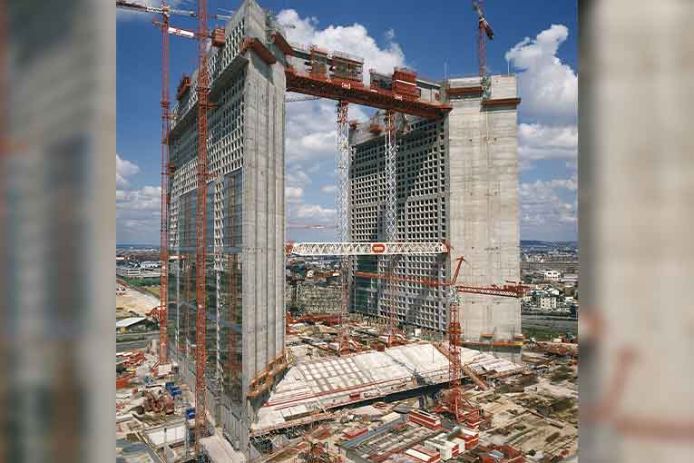 Travaux de construction de la Grande Arche de la Défense.  [©Bouygues Construction]