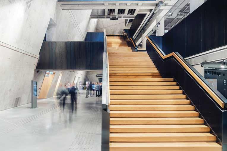 Monumental, l'escalier mène le visiteur jusqu'à la partie basse du musée, en un parcours continu, sans virage ni rupture. [©Studio d'architecture Kwadrat]