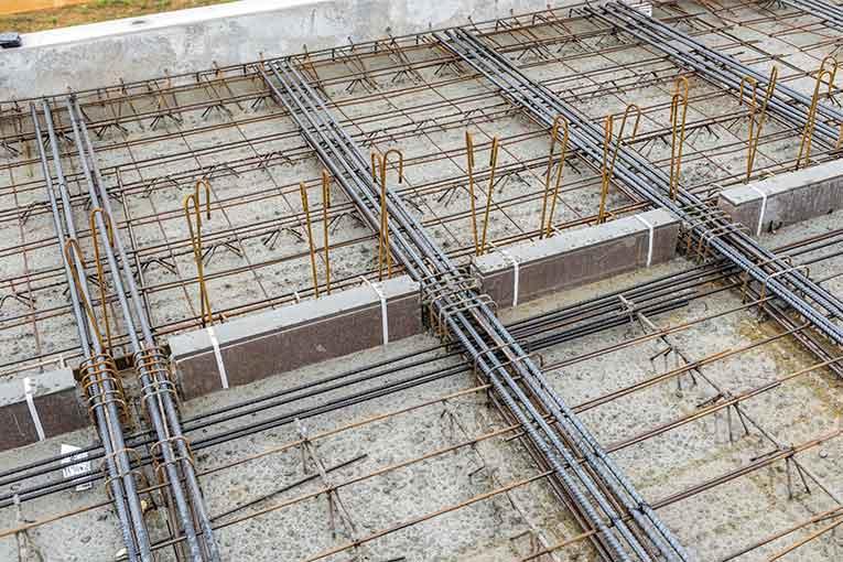 Les rupteurs de ponts thermiques sont intégrés en about des ThermoPrédalles, ici prolongées de prédalles de balcons.  [©Rector]