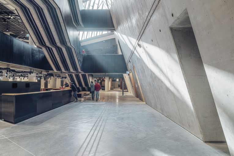 Les parois en béton du musée se développent sur 14 m de haut et la totalité de l'espace est éclairée par une lumière zénithale.  [©Studio d'architecture Kwadrat]