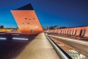 La tour de verre et de béton, illuminée le soir, est visible à des centaines de mètres à la ronde. [©Studio d'architecture Kwadrat]