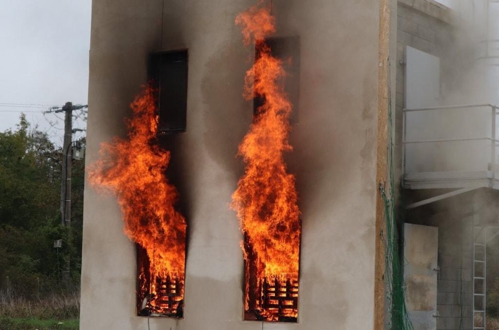 Le Centre d'essai au feu du Cérib a soumis une façade en béton de chanvre à un incendie à travers le test Lepir 2. [©Cerib]