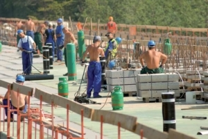 Le travail par temps chaud doit être abordé, de façon spécifique, dès lors que la température approche ou dépasse les 30 °C. L'entreprise doit rappeler les risques liés à la chaleur et les moyens de les prévenir. [©ACPresse]