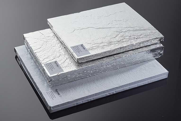 Les panneaux d'isolation sous vide Recticel VIPs, utilisés dans le cadre de la création de boîtes isothermes, aident à maintenir une température en dessous de - 70°C. [©Recticel]