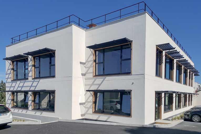 Préfabrication en béton de chanvre Tradical pour les parois verticales d'un bâtiment de bureaux de 1 000 m2, à Noyal-sur-Vilaine. Et béton de chanvre en projection mécanique pour l'isolation de la toiture. Projet signé CAN-ia architectes. [©CAN-ia Architectes]