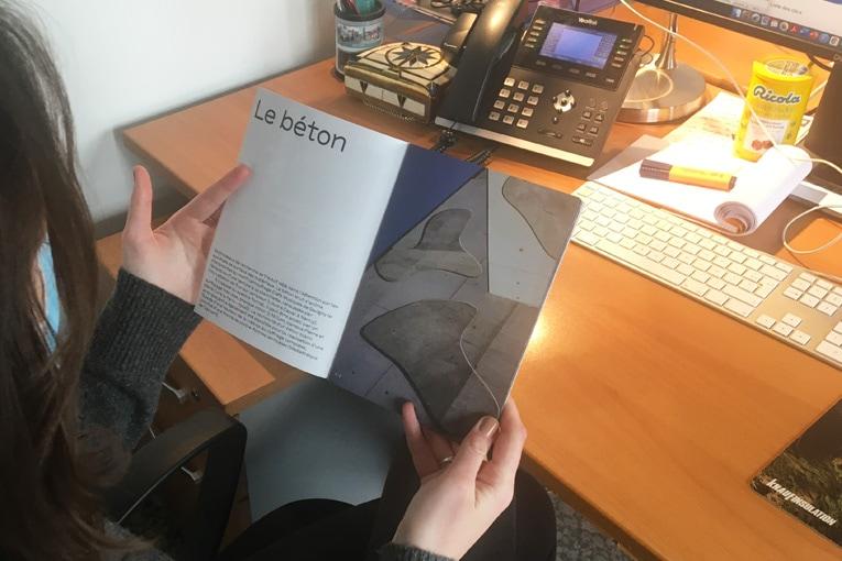 """Anne-Françoise Jumeau, architecte et fondatrice de l'agence éponyme, vient de publier un petit fascicule dénommé """"Matières"""", richement illustré, qui revient sur le travail des matières poursuivi par AFJA. [©ACPresse]"""