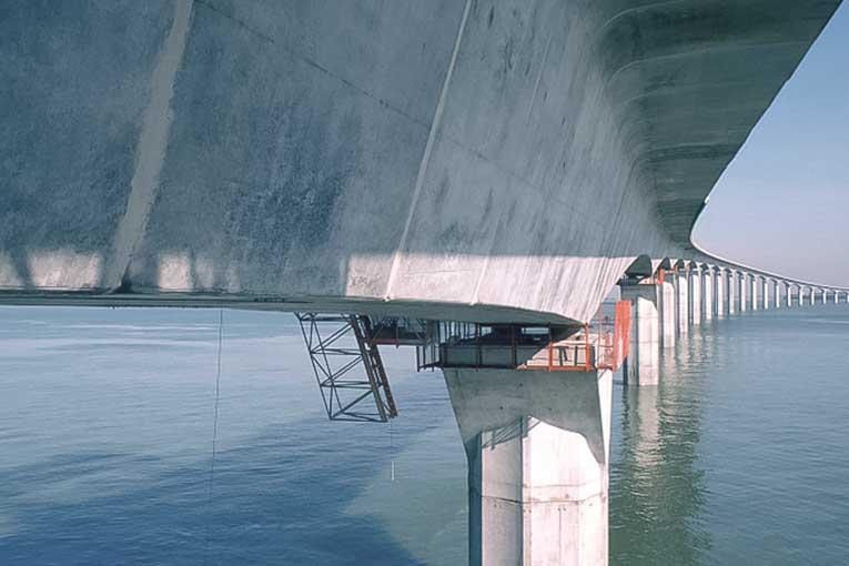 Le pont de l'île de Ré a pu être réalisé, en combinant BHP et préfabrication foraine. [©Bouygues]