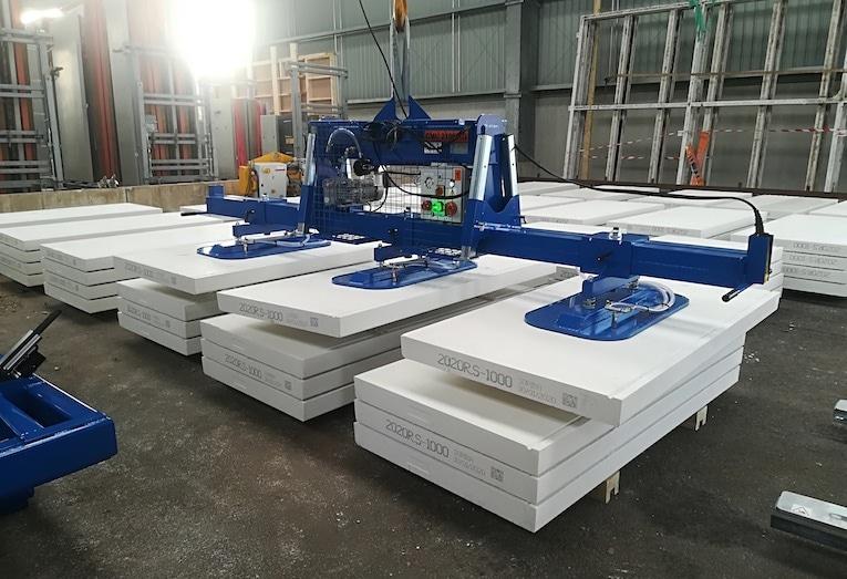 Axitec a développé une gamme de palonniers à ventouse pour la manutention dans l'industrie de préfabrication béton. [©Axitec]